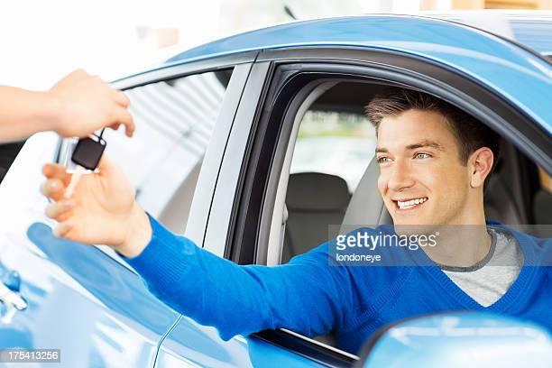 Homme la réception de clés de voiture