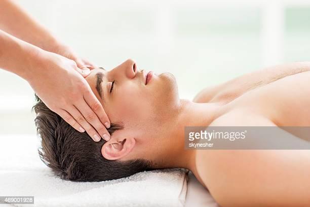 Mann über Kopf massage im spa.