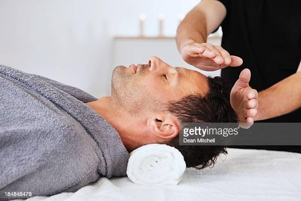 Mann bekommen New-Age-Behandlung