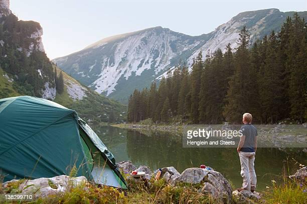 Mann Entspannen im Zeltlager