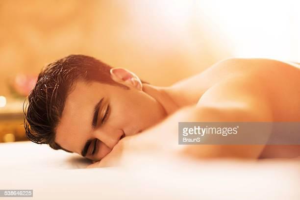 Mann entspannen im spa.