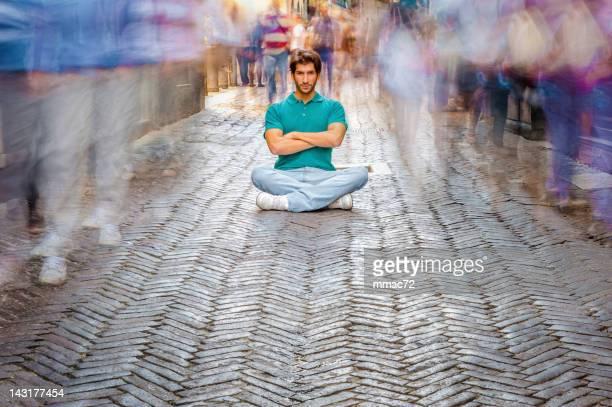 Mann Entspannen in einem überfüllten Street