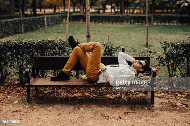 Mann im Park entspannen, genießen schöne Tag im freien