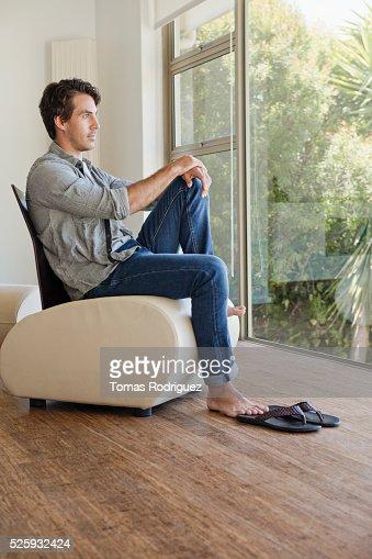 Man relaxing in room : Stockfoto