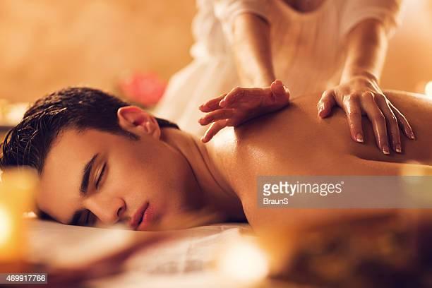 Mann entspannt in das spa während der massage.