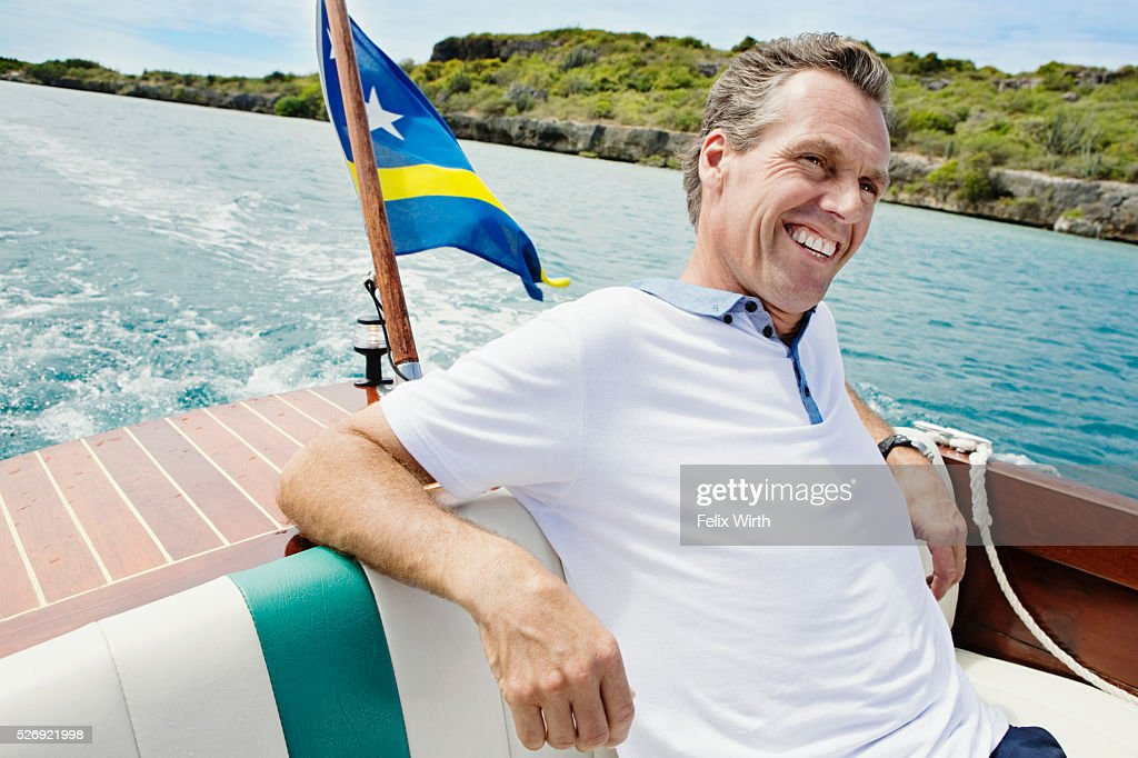 Man relaxing on motorboat : Stockfoto