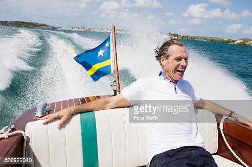 Man relaxing on speedboat : ストックフォト