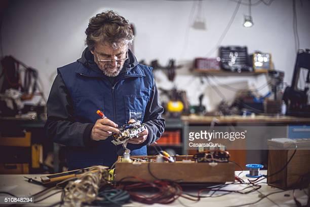 Homme de réparation de composants électrique