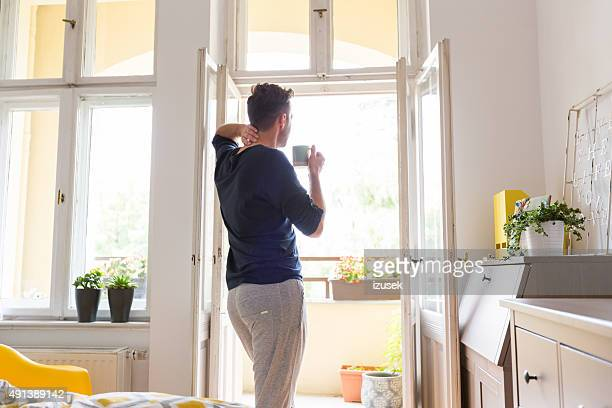 男性自宅で安静朝には、