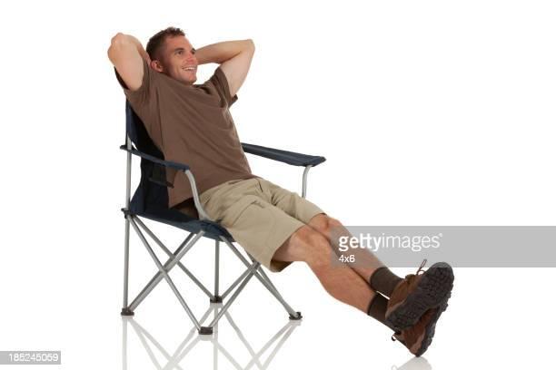 Mann Entspannen in einem Klappstuhl