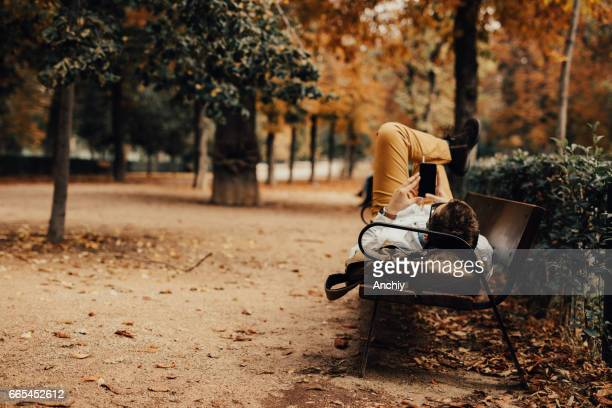 Mann auf der Bank in einem öffentlichen park
