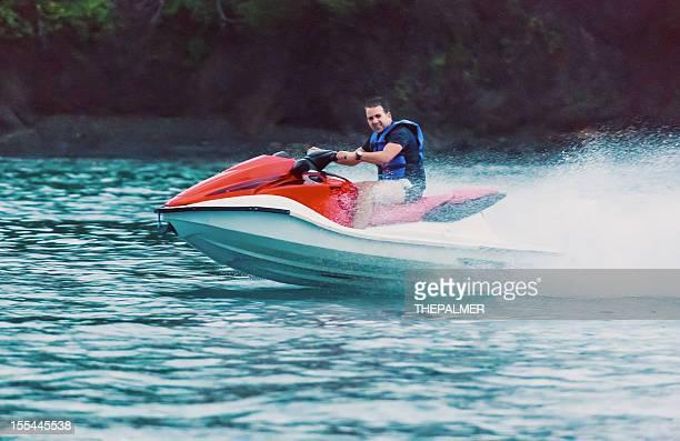 Homme chevauchant un jet-ski