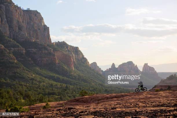 Un hombre monta su bicicleta de montaña enduro estilo al final de la jornada en Sedona, Arizona, EE.
