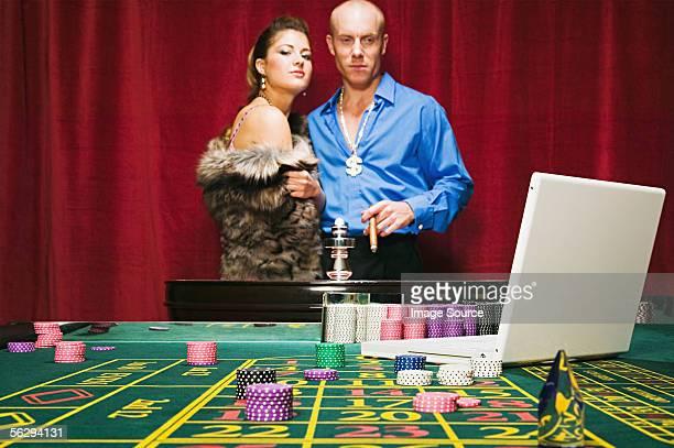 Homem em risco a riqueza na Mesa de Roleta