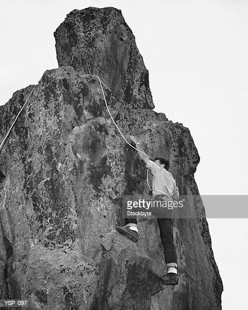 Uomo di arrampicata su roccia