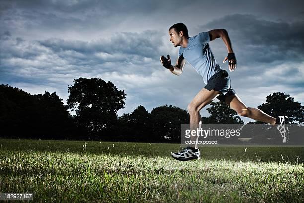 Mann läuft in Feld