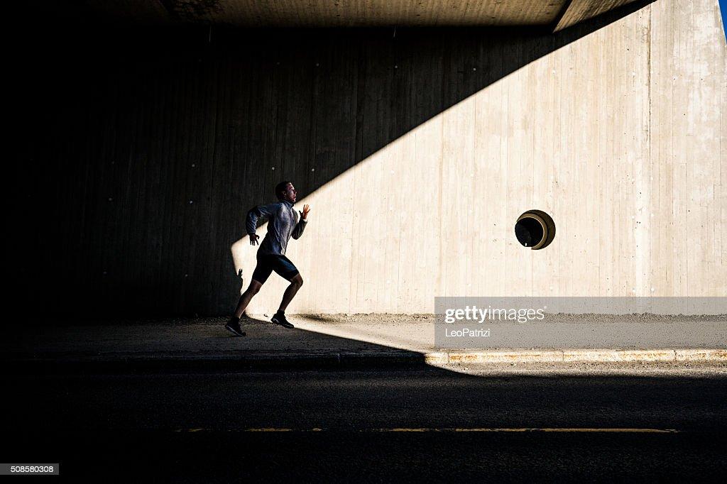 Mann läuft in der Stadt in am frühen Morgen : Stock-Foto