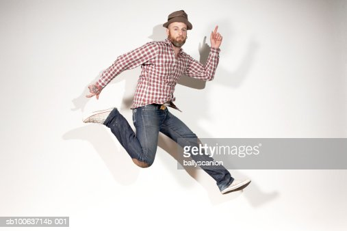 Man running mid-air, portrait : Foto de stock