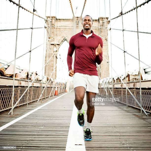 Homme jogging sur le pont de brooklyn