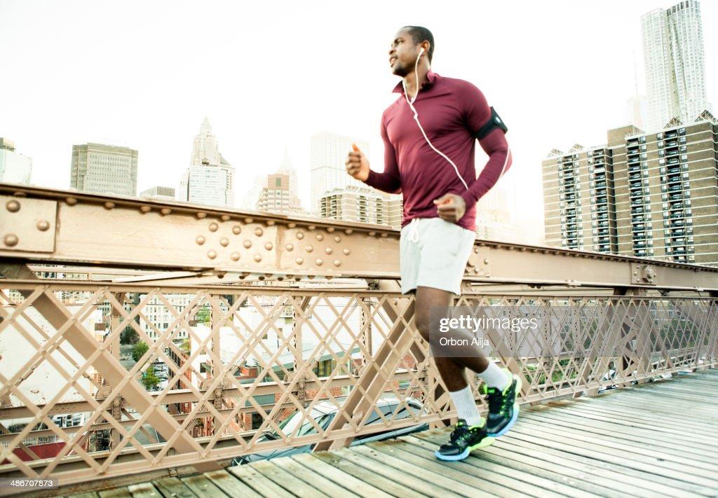 Uomo in esecuzione sul Ponte di brooklyn : Foto stock