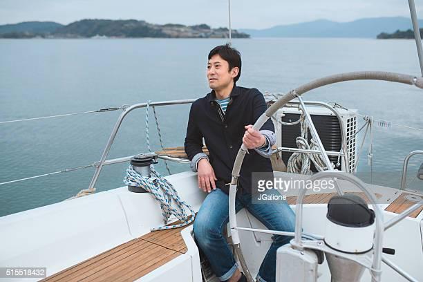 Homme samedi vous détendre sur un Yacht de luxe