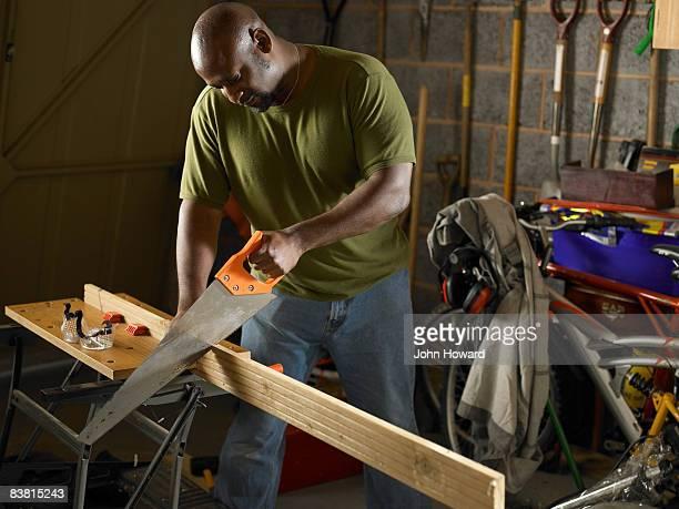 Uomo Segare legno nel garage