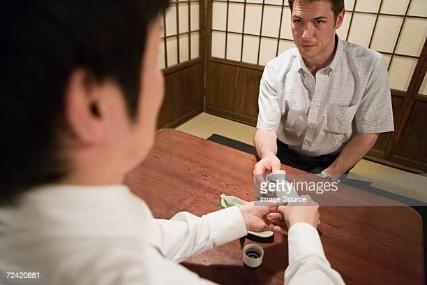 Homme servant à saké