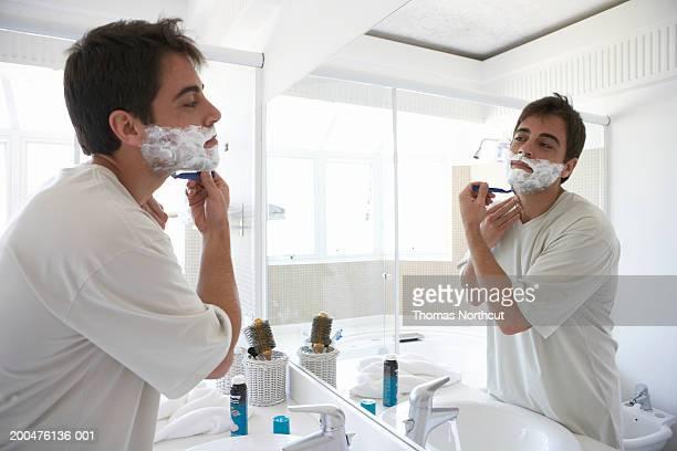 男顔ひげそり用鏡には、バスルームの側面