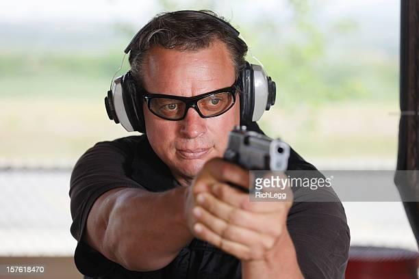 Hombre tiro arma de mano