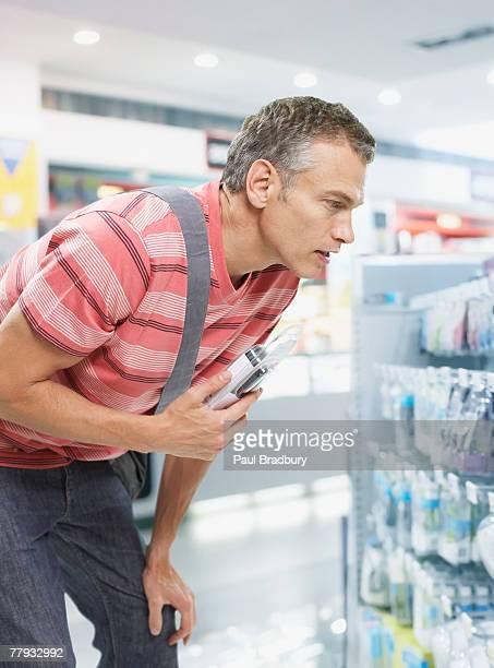 Homem compras para Máquina de Barbear