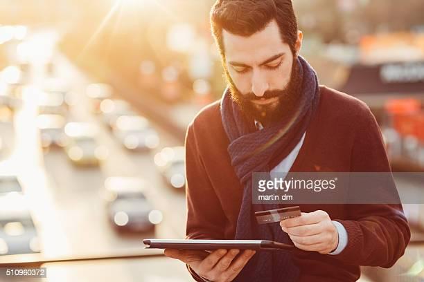 L'uomo lo shopping online con carta di credito