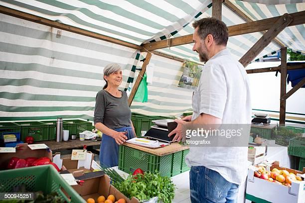 Mann Einkaufen Bio-Gemüse auf Bauernmarkt