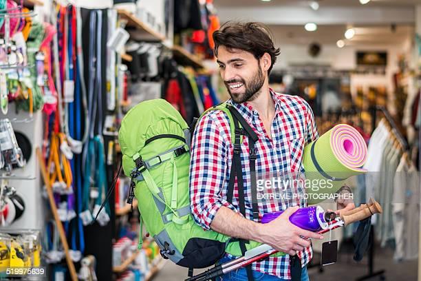 Man ショッピングの屋外スポーツ機器を保管する