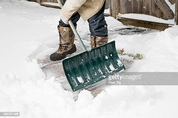 Mann Schaufeln Schnee von Gehweg