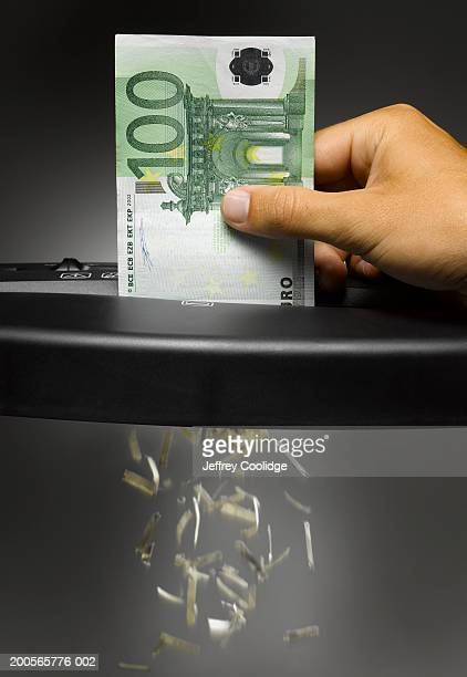 Man shredding one hundred Euro note