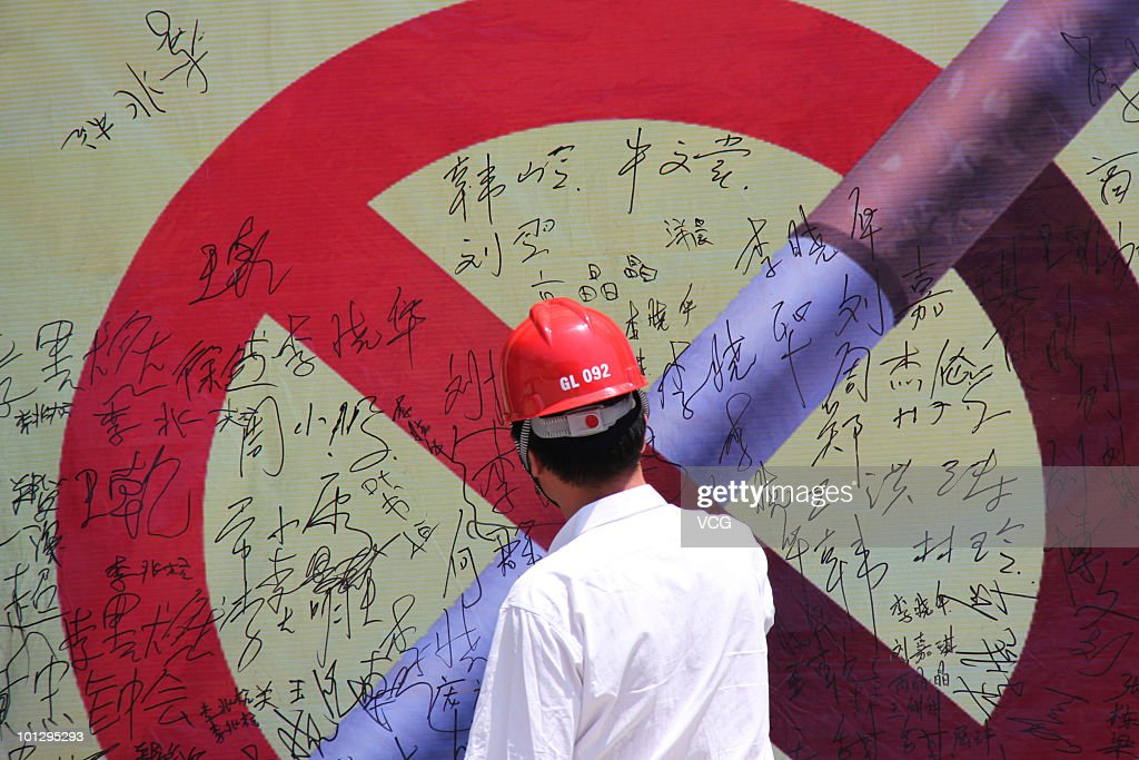 A man signs on a huge No-smoking sign to promote the World No Tobacco Day on May 30, 2010 in Anyang, Henan Province of China. The World No Tobacco Day falls on the last day of May.