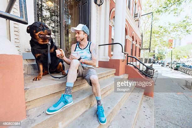 ニューヨークマンは、ロットワイラー犬の屋外夏ストープ