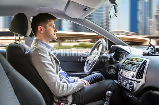 homme assis voiture autonome photo | thinkstock