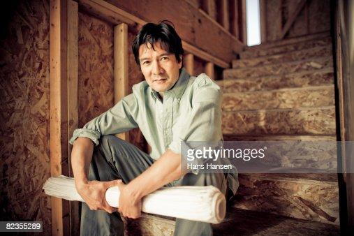 Mann sitzt auf der Treppe im Baustelle : Stock-Foto