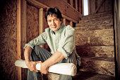 Mann sitzt auf der Treppe im Baustelle