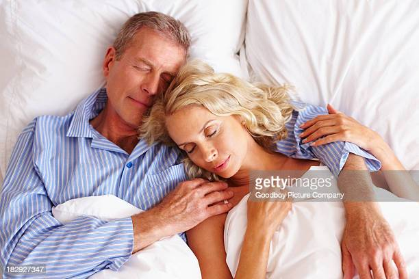 Mann schlafen im Bett mit Frau