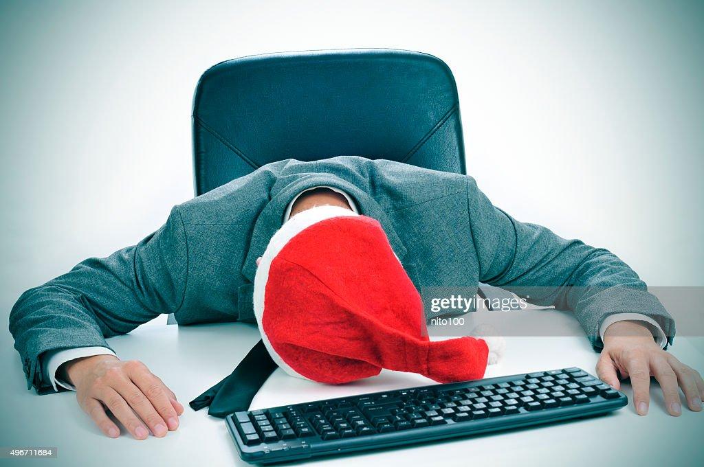 Dormir Sur Le Bureau : Homme dormir dans le bureau après une soirée de noël photo