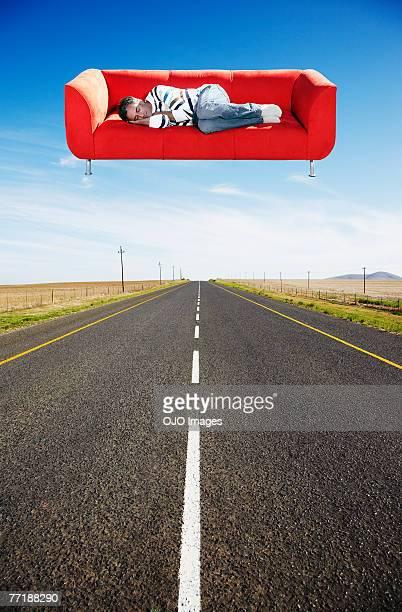 Um homem dormir no Flutuante sofá na estrada