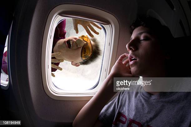 Skydiver dehors la fenêtre d'avion