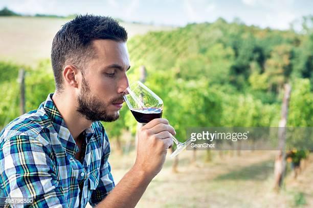 Homme problème de vin près du vignoble