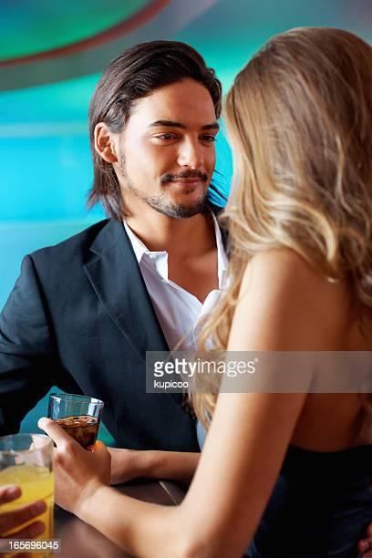Lächelnder Mann mit Frau mit Glas in der hand.