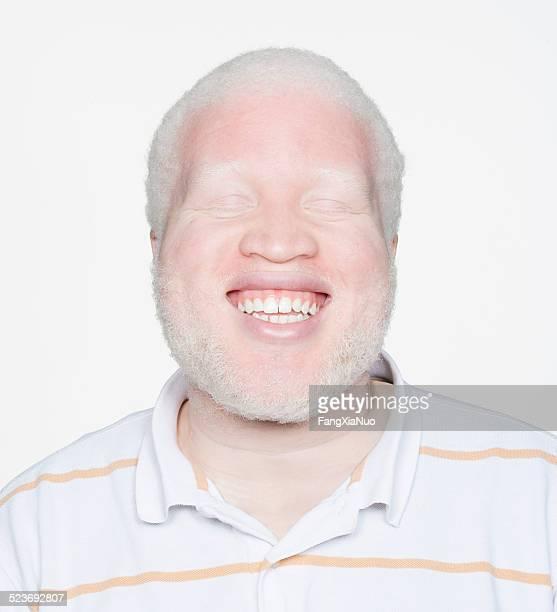 Homem sorridente com olhos fechados