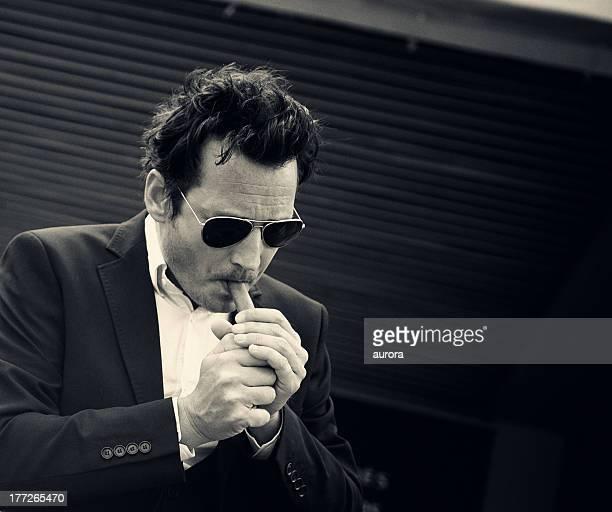 Homme fumer un cigare