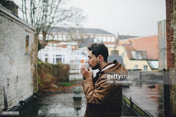 Homme fumeur et boire du café