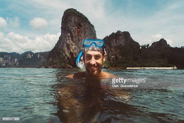 Man Schnorcheln im Meer
